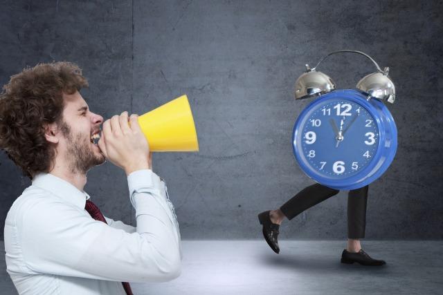 飲食バイトの適切な出勤時間は何分前?【面接前や懇親会の集合時間についても紹介】